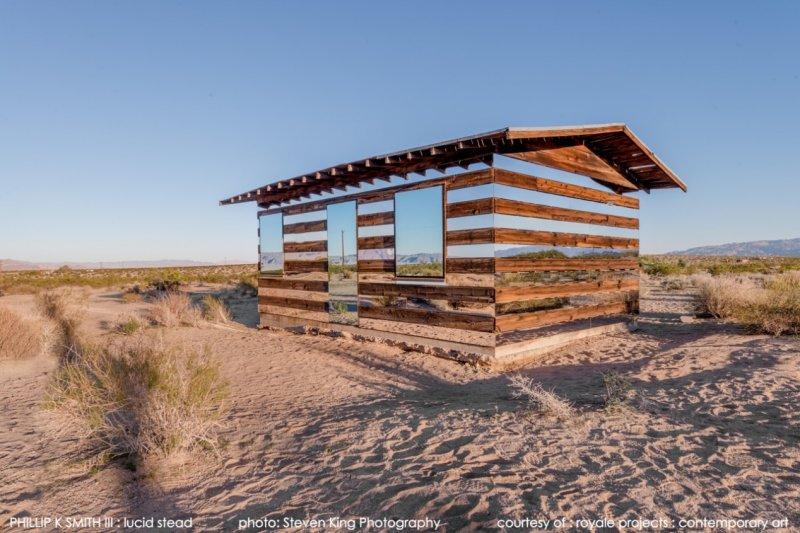 白天時鏡面反射沙漠景色,小屋彷彿隱身透明(圖/royaleprojects.com)