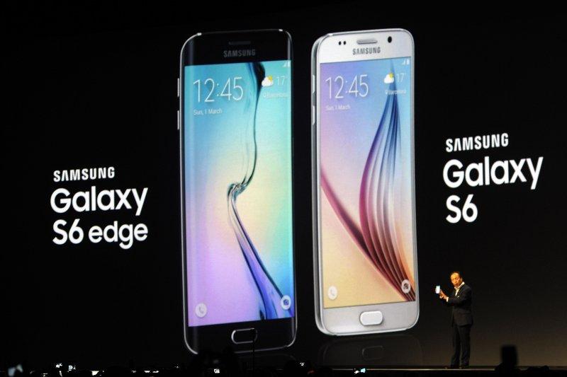 三星1日發表新手機,雙曲面螢幕的S6 Edge (左)倍受矚目。(美聯社)