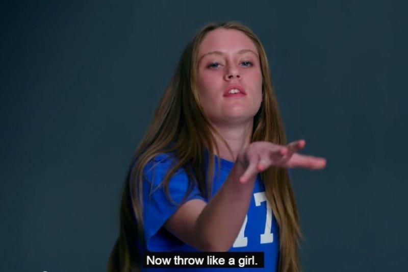 請素人表演「像女孩一樣丟球」