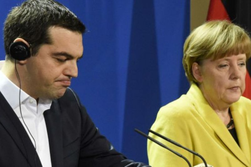 希臘與債權國又玩膽小鬼遊戲,這次會不會意外對撞?圖左為希臘總理齊普拉斯,右為希臘最大債權國德國總理梅克爾。(資料照片)