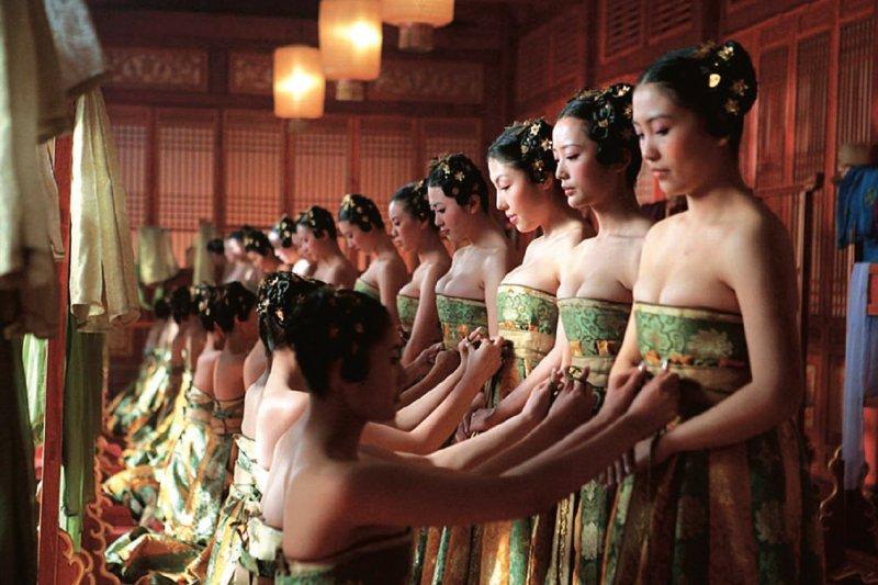 電影《滿城盡帶黃金甲》的劇照,這種從下往上推擠的方法,跟西方的緊身胸衣有異曲同工之妙(圖/CTPphoto)