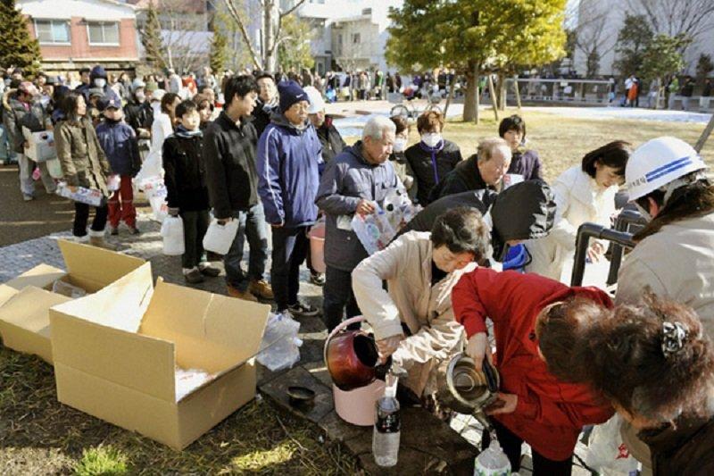 311震災後悲傷卻仍井然有序的災民。