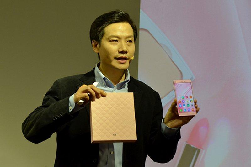 彭博教導小米討論要IPO,估值約500億美元。圖為小米創辦人雷軍在小米發表會上。(取自網路)