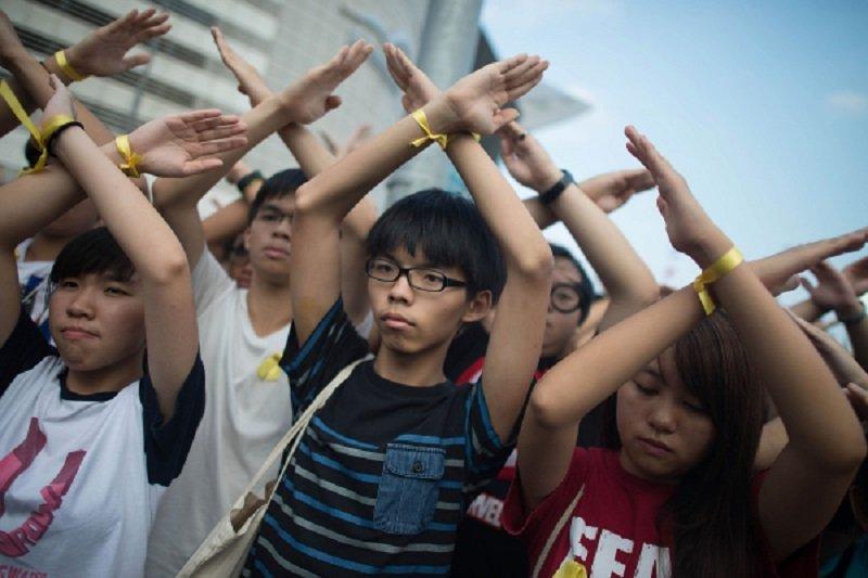 香港學生領袖黃之鋒帶領學生,高舉交叉的雙手表達對香港政改方案不滿。((Anthony Kwan/Getty Images))