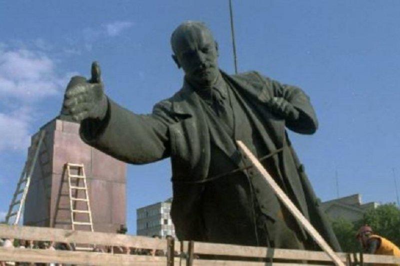 1991年立陶宛拆除列寧雕像,裝上卡車。(美聯社)