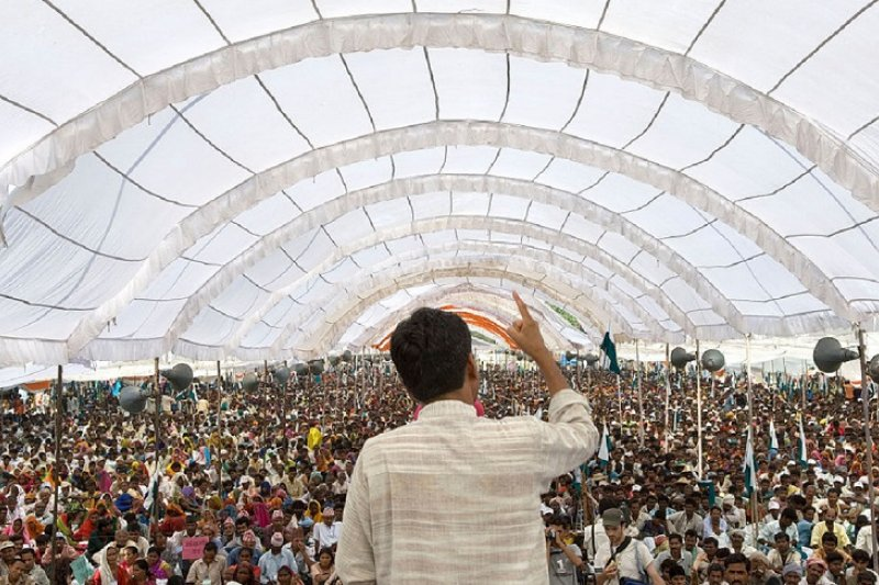 印度原住民土地運動組織Ekta Parishad在2007年發起的一場非暴力徒步抗爭活動前的開場演講(Yann/維基百科)