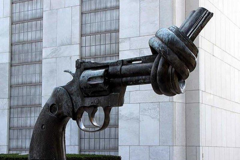 位於聯合國總部大廈入口處,由盧森堡政府贈送的,彎曲打結的槍管表示了人們對非暴力的嚮往。(搜狐旅遊網)