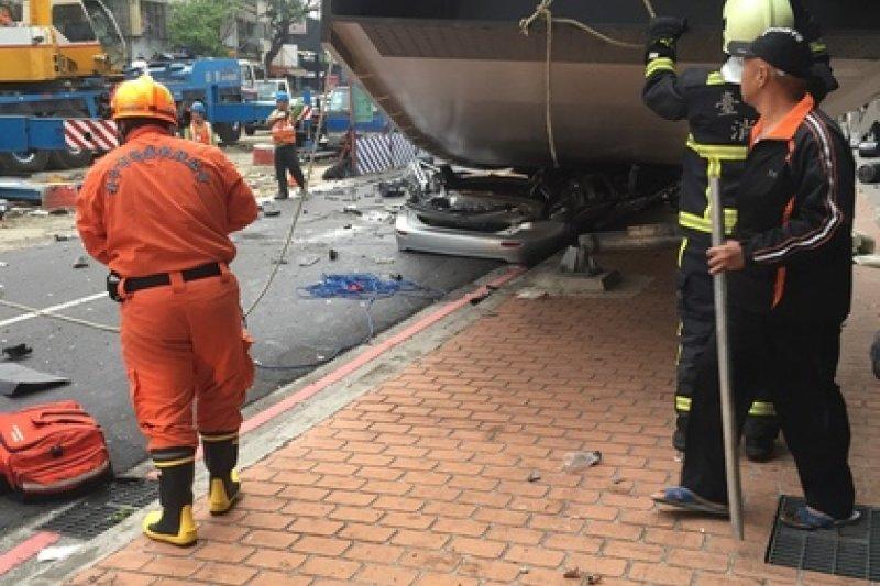 網友指「有兩台行經的車子被壓到,希望他們可以平安。」(取自爆料公社)