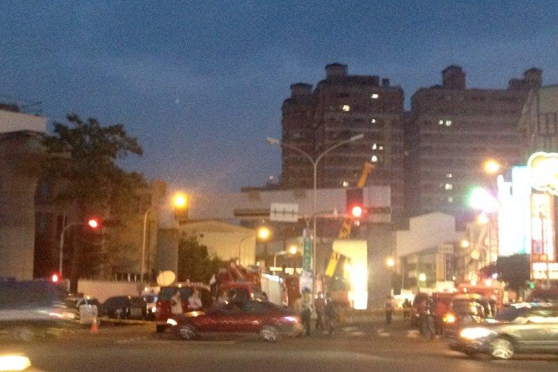 台中捷運綠線工安意外,到晚間依然可見人群圍觀,許多消防車、救護車在一旁待命,意外原因仍由檢察官調查中。(民眾提供) (4).JPG