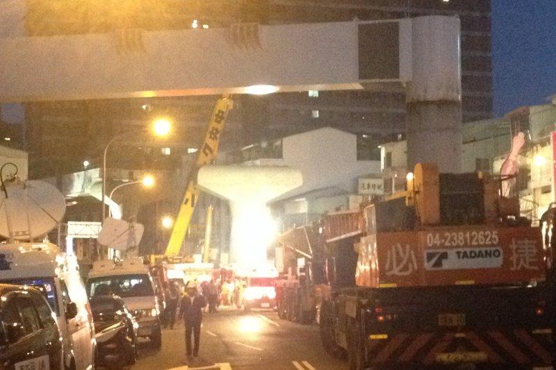 台中捷運綠線工安意外,到晚間依然封路,現場燈火通明調查。(民眾提供)