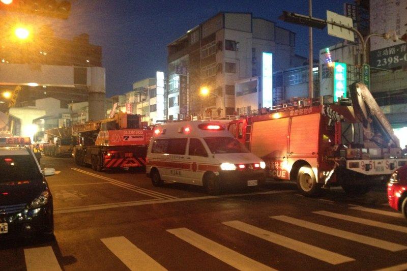 台中捷運綠線工安意外,到晚間依然可見人群圍觀,許多消防車、救護車在一旁待命,意外原因仍由檢察官調查中。(民眾提供)
