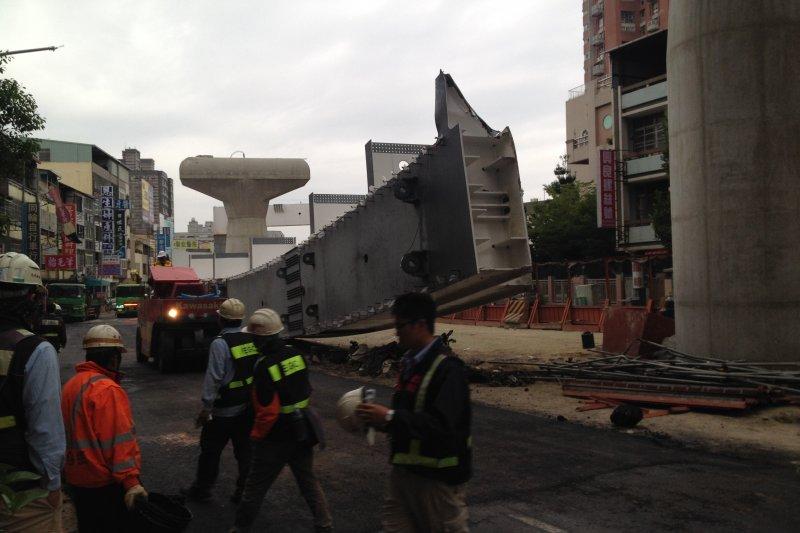 台中捷運綠線工程意外,一根鋼樑砸出中捷8大問題。(民眾提供)
