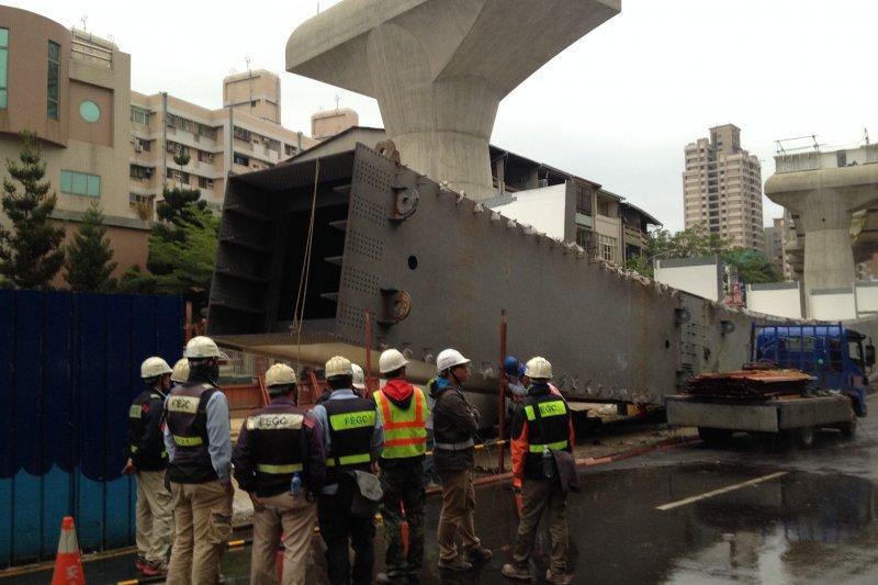 台中捷運綠線工程意外,台北市長柯文哲認為意外「人為操作」問題比較多,台北市政府捷運局會負起相關責任。(民眾提供)