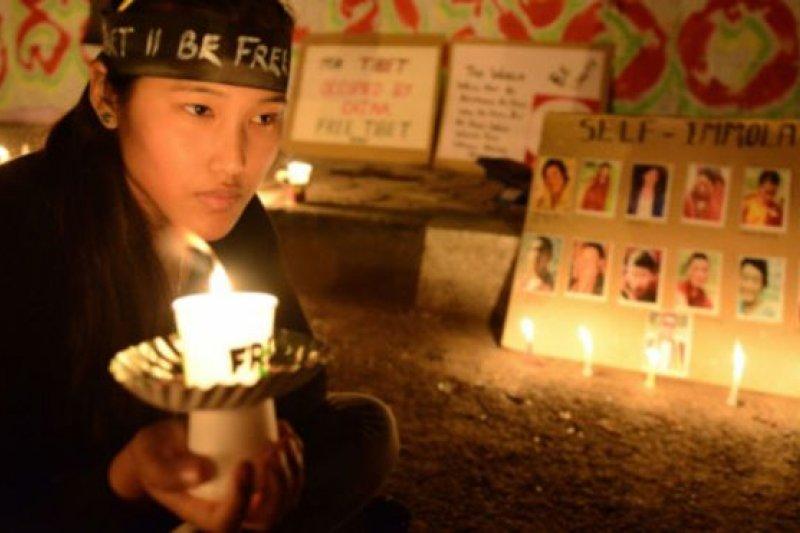 達賴喇嘛多次表示,藏人自焚是他們絕望的表現,他無法阻止藏人這麼做。(BBC中文網)