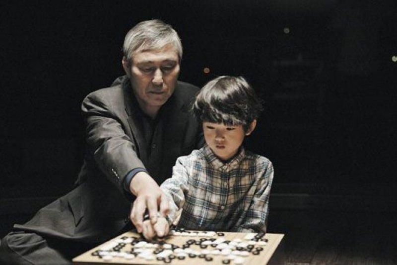拿下10餘座國際冠軍獎盃的曹薰鉉,是南韓公認民族英雄、以及學棋孩子的偶像,他也參與韓劇《未生》的拍攝。《미생》影片截圖,圖片來源:http://goo.gl/fQWyuc
