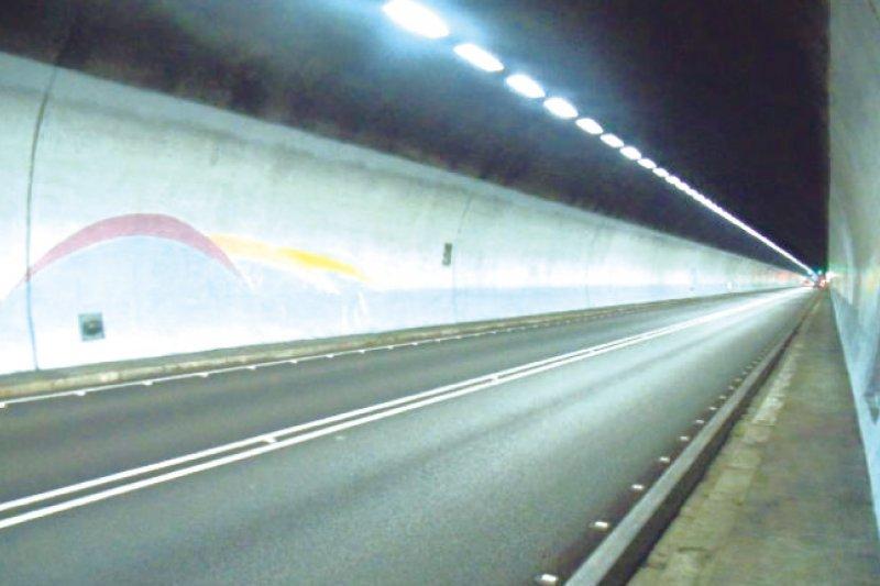交通部長陳建宇13日拋出北直高7大輸運策略,包含雪山隧道車牌管制分流,但宜蘭縣認為不宜輕易宣布實施。(取自國道視窗月刊)