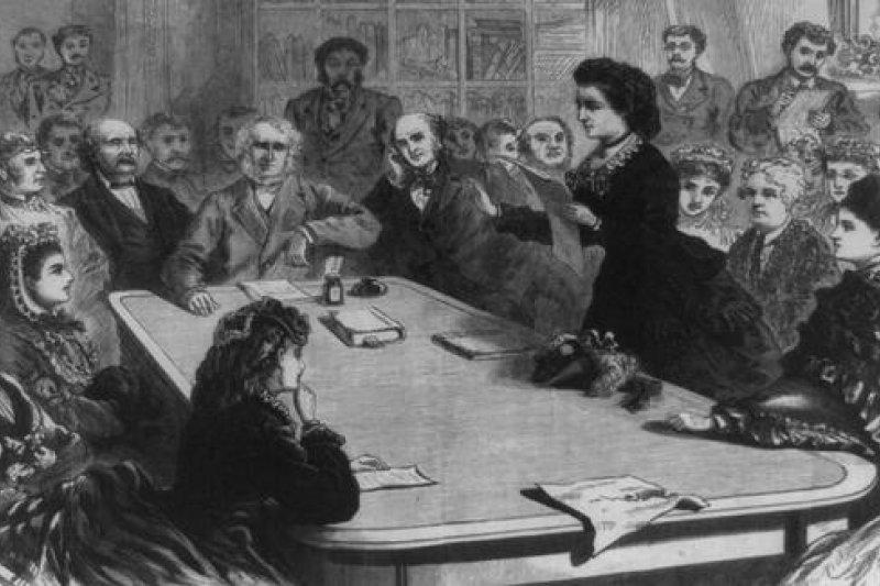 伍德哈爾(立者)是美國歷史上首位角逐白宮主人的女性。(取自維基)