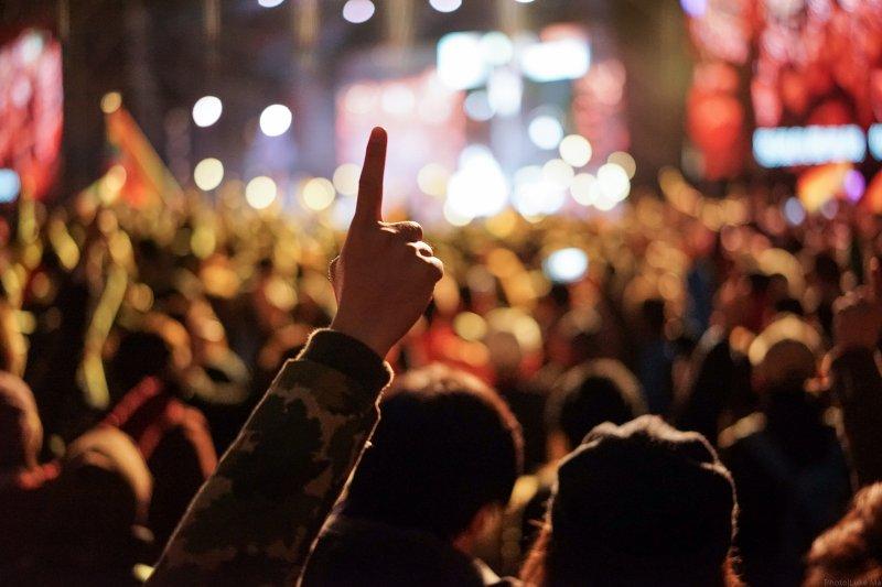 小巨蛋常有巨星到場,但他們和觀眾的熱情互動太忘我,引發民怨,台北市政府已明確定出防震條款。(圖/Luke Ma@flickr)