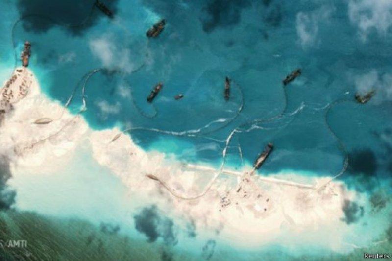 美國智庫「戰略與國際研究中心」近日發佈的衛星圖片顯示,中國正在與菲律賓有主權爭議的南海島嶼美濟礁加塊填海和人工島建設(圖為2015年1月1日拍攝的南海島嶼美濟礁衛星照片)。
