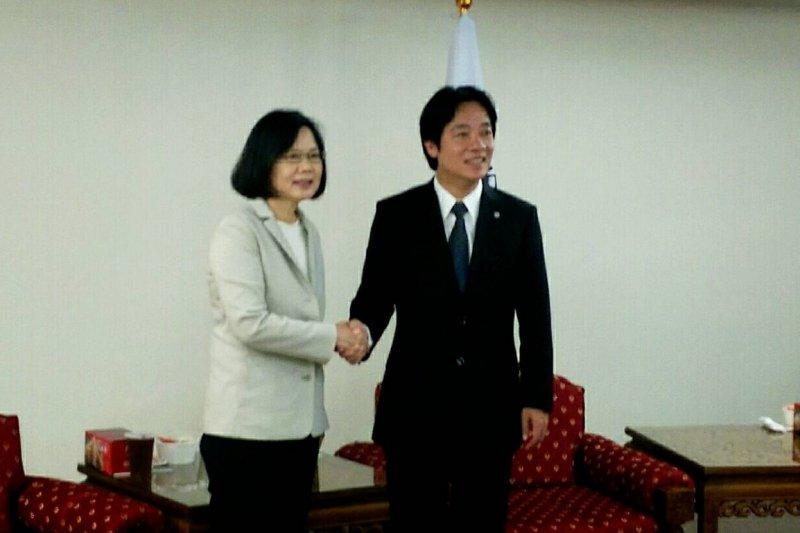 民進黨黨主席蔡英文17日展開總統大選行程,她來到台南市,台南市長賴清德是呼聲最高的副手人選。(民進黨中央提供) (複製).jpg