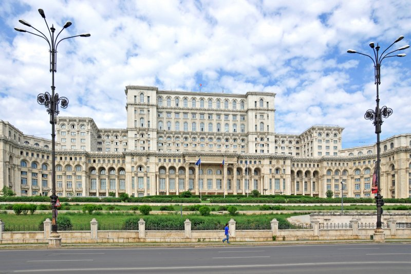 UiPath這隻留著東歐血液的獨角獸,是兩位羅馬尼亞創業家Daniel Dines (執行長)和Marius Tîrcă(技術長)於2005年在布加勒斯特所創立的。圖為位在布勒加斯特的羅馬尼亞人民宮。(圖/Dennis Jarvis@Flickr)