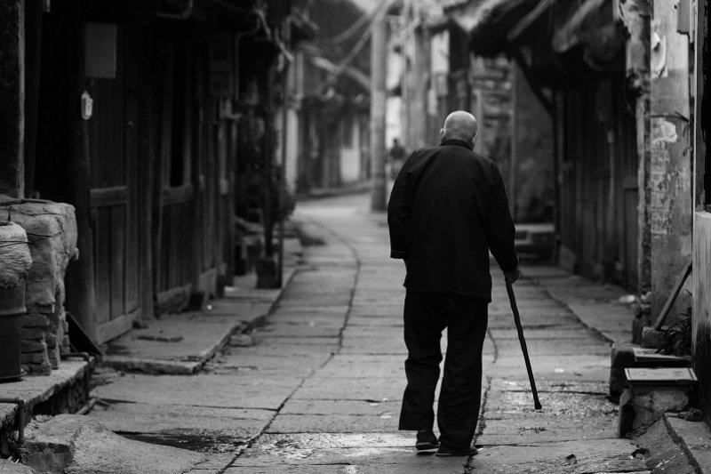 許多弱勢老人蝸居在台北市,像聽障伯這種案例並非個案,需要政府更多的關心與幫助。(圖中人物非當事人,取自網路)