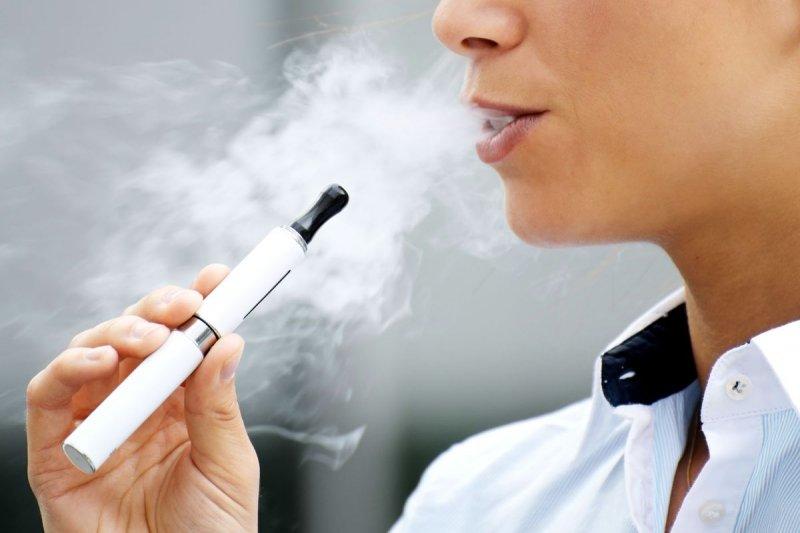 行政院今通過《菸害防制法》修法,首次將電子菸納入規範,若違反法令製造與輸入電子菸者,將罰5萬元到25萬元。警語:吸菸有害健康。(取自網路)