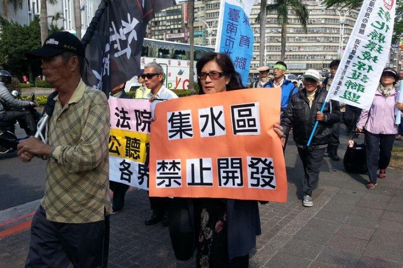 民團抗議集水區解禁。(朱淑娟攝)