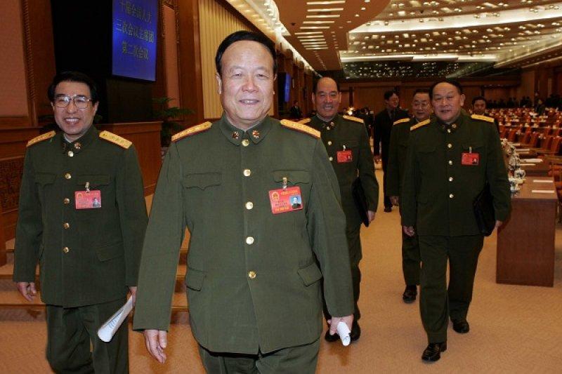 中共中央軍委前副主席郭伯雄(中)傳出即將被調查,左方即是另一名因涉貪腐遭調查、已經死亡的前副主席徐才厚。