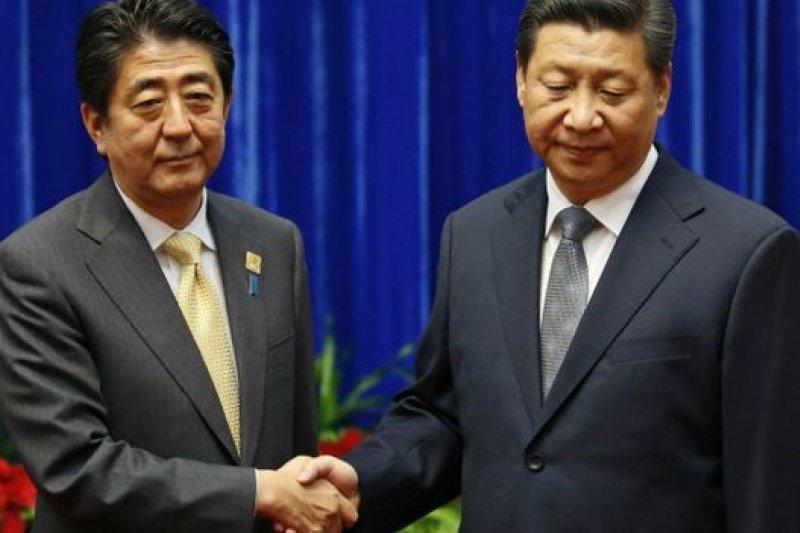 日本比較關注出席紀念峰會的中國領導人習近平和南韓、北韓代表將對安倍演講作出什麼反應(圖為安倍與習近平在去年底亞太經合峰會上的合影)。