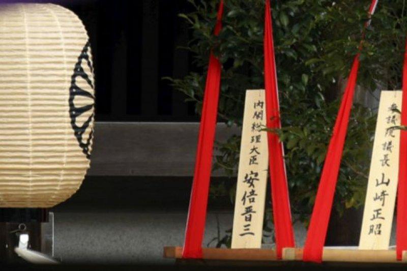 日本首相安倍晉三周二(4月21日)向東京靖國神社當天開始的春季祭奠供奉了一株「真榊」。(BBC中文網)