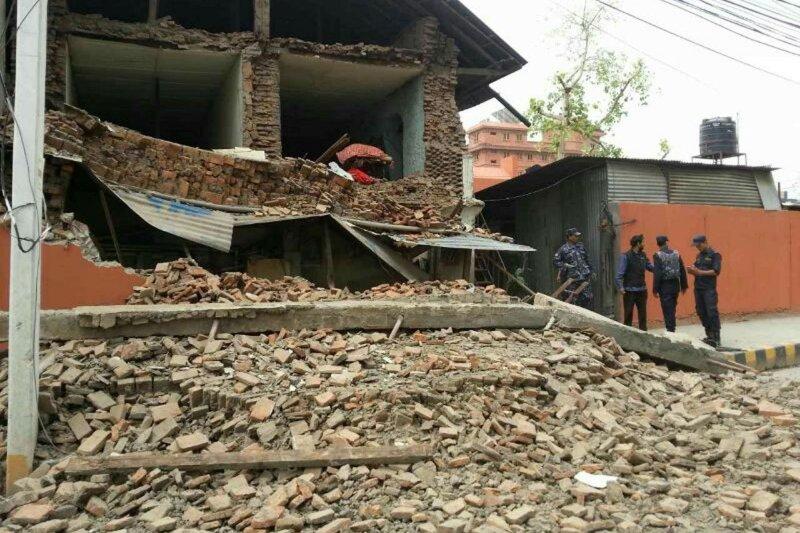 尼泊爾發生強震,當地房屋倒塌後滿目瘡痍。(美聯社)