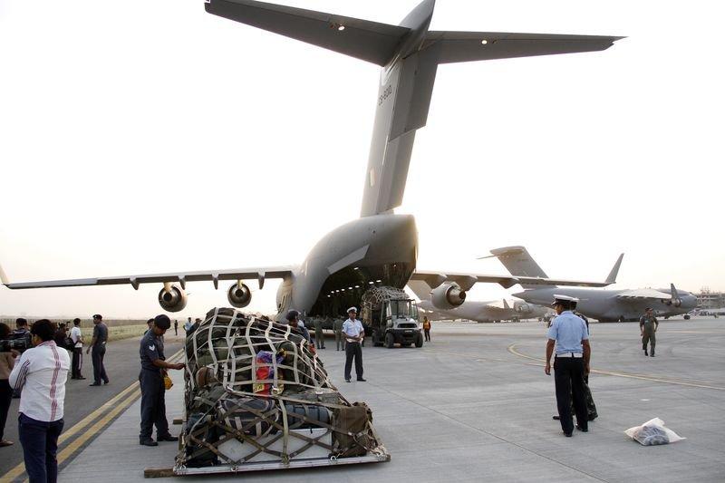 尼泊爾大地震,各國搶運救援物資。