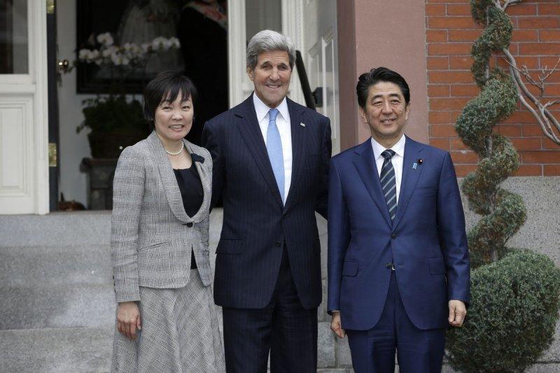 日本首相安倍晉三伉儷26日抵達波士頓,美國國務卿凱瑞(中)熱忱迎接。