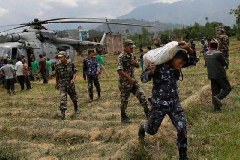 尼泊爾軍警連同外界馳援的人員投入救災行動。(BBC中文網)