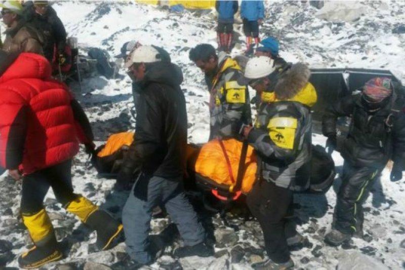被困珠峰大本營的登山者陸續由直升機撤離。目前已知至少18人在地震引發的雪崩中喪生。(BBC中文網)