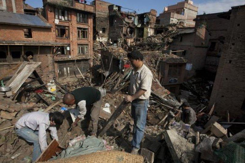 一些災民返回已經變成瓦礫的家園挖掘有用物品。(BBC中文網)