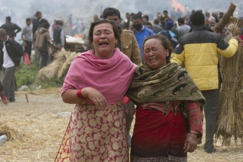 一些遇難者的葬禮在星期天舉行,遺體移送火化。(BBC中文網)