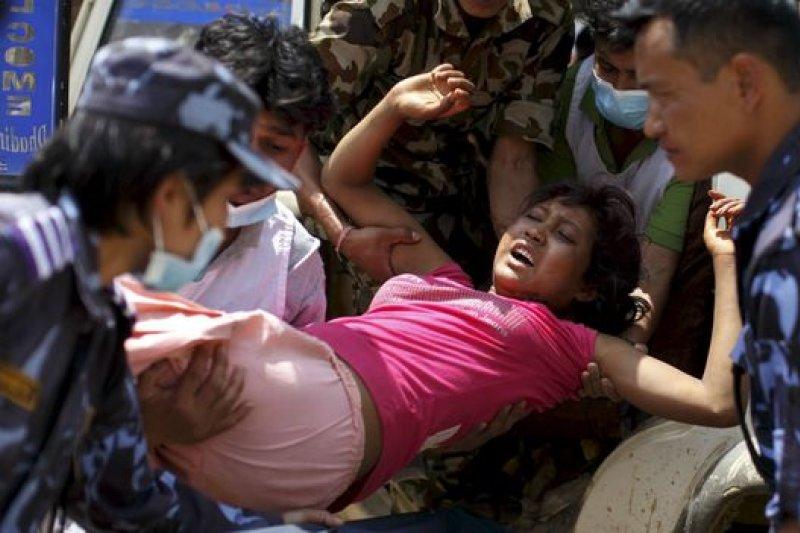 尼泊爾各地醫院面對眾多傷者壓力甚大。(BBC中文網)