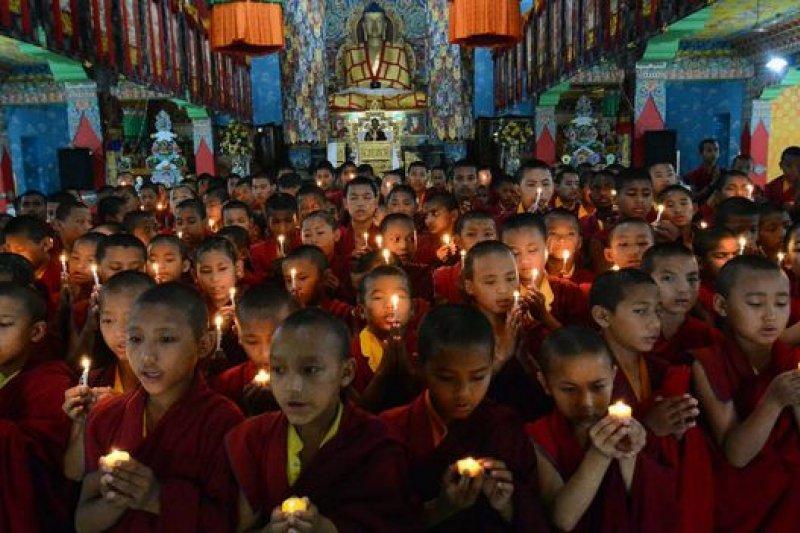 尼泊爾與印度等地佛寺紛紛為地震遇難者祈福。(BBC中文網)