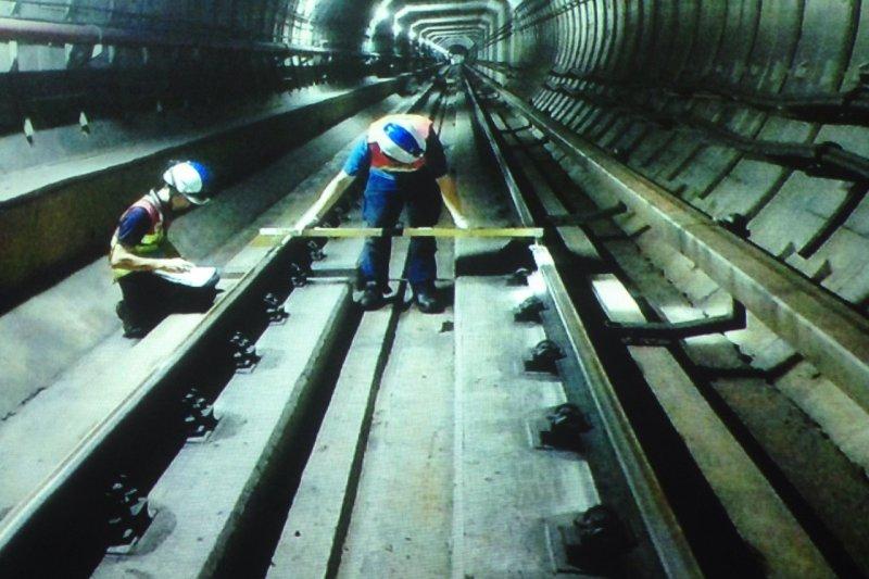 捷運局人員昨(28)日進入列車軌道,發現巨蛋施工後,軌道高低出現7.7釐米的落差。(王彥喬翻攝台北市捷運局圖片)