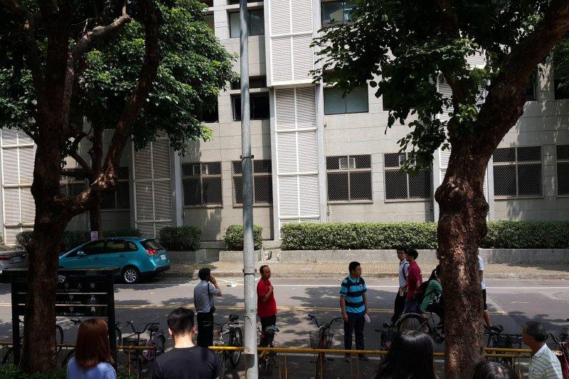 中興大學30日發生氣爆,地面上殘留不少遭震碎的玻璃,但所幸目前無傷亡傳出。(PTT網友Isdragonfly提供)