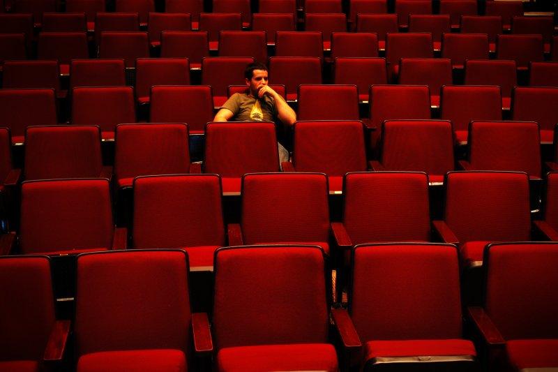 一個人看電影,對你而言容易嗎?(圖/B Rosen@Flickr)