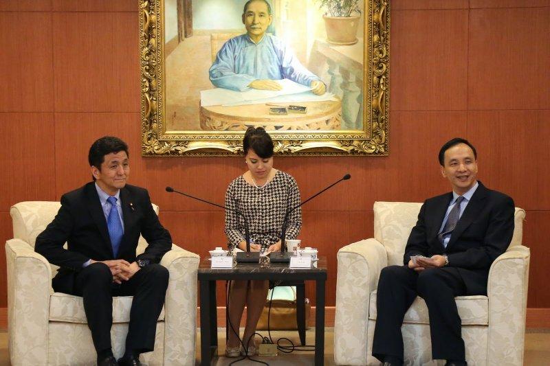 日本首相安倍晉三親弟岸信夫議員(左)今(20)率團訪台,國民黨主席朱立倫接見討論食安。(取自國民黨網站)