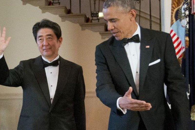 美國期望日本與之併肩,而安倍晉三(左)也試圖通過經濟改革和修改日本軍事防衛角色的願望,來強調日本將是華盛頓的首選盟友