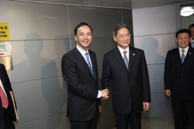 國民黨主席朱立倫(左)抵達中國上海,國台辦主任張志軍舉辦簡短歡迎儀式。(國民黨提供)