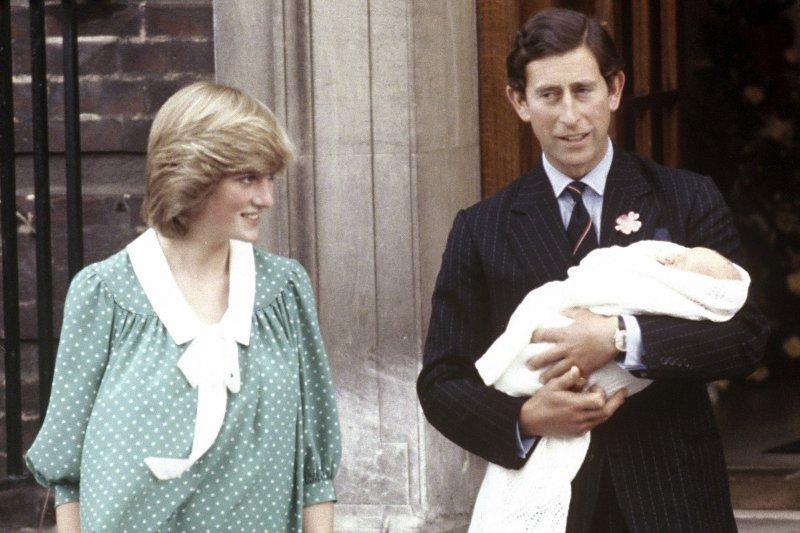 1982年,抱著威廉的查爾斯王儲與黛安娜王妃。(美聯社)