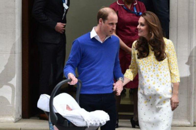英國王室小公主2日誕生下午,威廉和凱特就帶她回家。