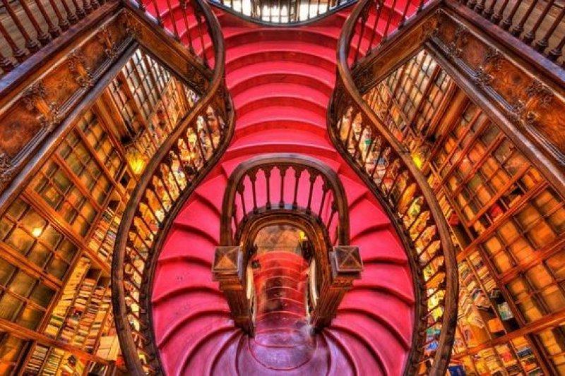 這場景好熟悉!簡直就是《哈利波特》裡的華麗與污痕書店!