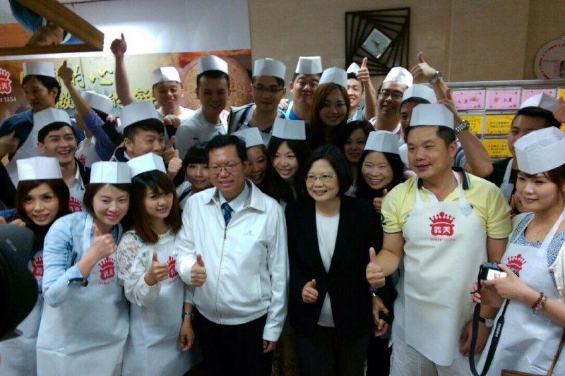 蔡英文6日在桃園市長鄭文燦的陪同下,參訪義美南崁廠。(民進黨中央提供)